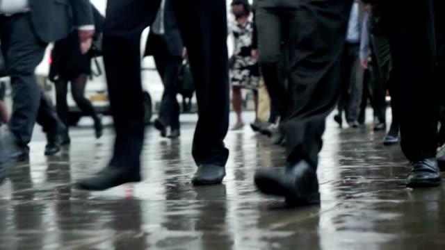 pendler beine regen com - marschieren stock-videos und b-roll-filmmaterial
