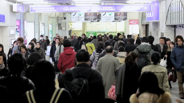 ms commuters moving through shibuya station during rush hour / tokyo, japan - コンコース点の映像素材/bロール