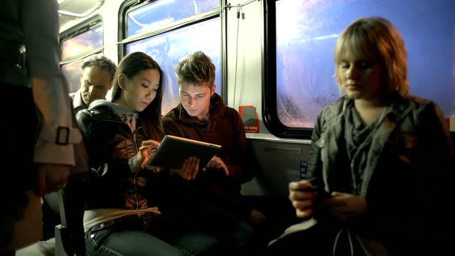 Les personnes qui font la navette sur un bus jouant avec Tablette numérique