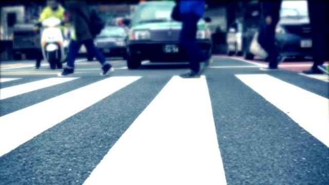 pendolari che sfrecciano su attraversamento pedonale - pedone ruolo dell'uomo video stock e b–roll