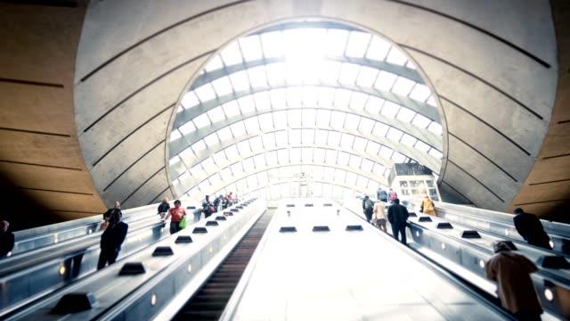 Pendler auf Rolltreppe an der U-Bahn-station Canary Wharf, London Docklands