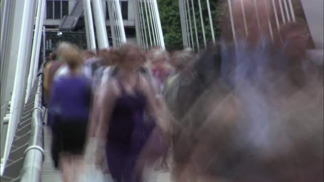 vídeos y material grabado en eventos de stock de t/l ms commuters on hungerford bridge, london, uk - encuadre de tres cuartos