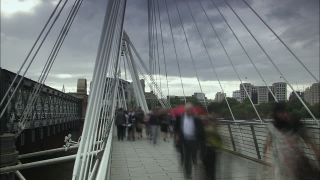 t/l ws commuters on hungerford bridge, london, uk - hungerford bridge stock videos & royalty-free footage