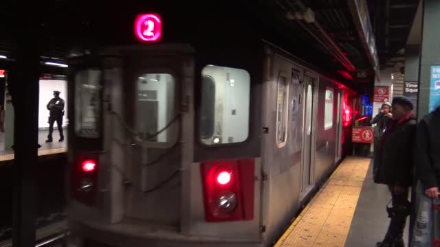 vídeos y material grabado en eventos de stock de commuters on number 1 and 3 subway train platform via times square – 7th avenue and broadway / midtown manhattan, 42nd street, new york city, usa - 7th avenue
