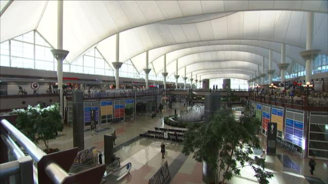 stockvideo's en b-roll-footage met commuters pass through the jeppesen terminal of denver international airport. - dia
