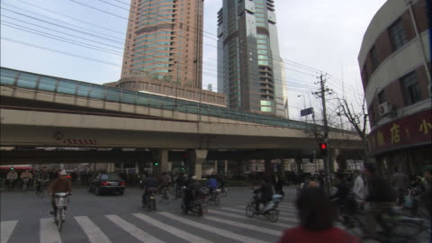 vídeos y material grabado en eventos de stock de ws commuters riding bicycles and motor scooters and crossing busy city street / shanghai, china - shanghái