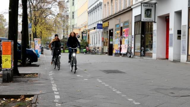 vídeos de stock e filmes b-roll de commuters riding bicycles by cars in city - estação do ano