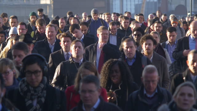 vidéos et rushes de commuters slow motion. sidelight. - affluence
