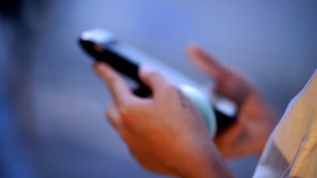 vídeos de stock e filmes b-roll de commuters using smartphone - tensão