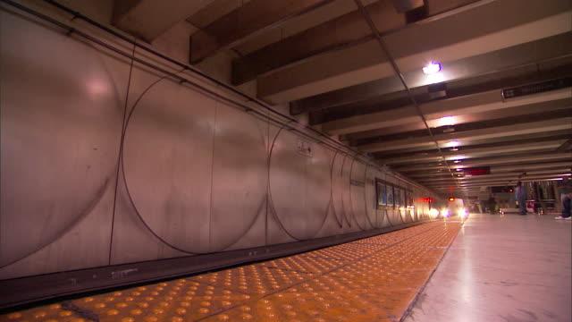 vídeos y material grabado en eventos de stock de commuters wait on a bart station platform to board a train. - bart