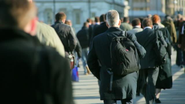 stockvideo's en b-roll-footage met ms commuters walking across london bridge to work / london, uk - forens