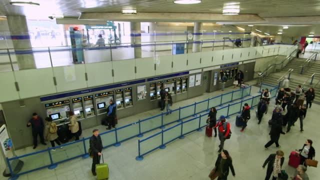 ws ha commuters walking and buying tickets / king's cross station, london, england, united kingdom - fahrkartenschalter stock-videos und b-roll-filmmaterial