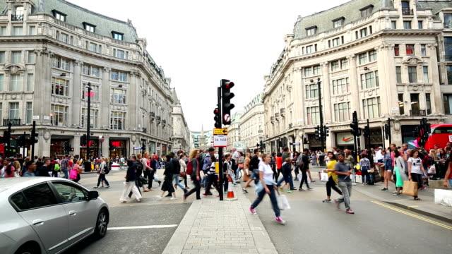 徒歩で結ぶオックスフォードサーカス、ロンドンの英国 - 十字路点の映像素材/bロール