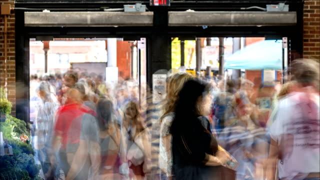 stockvideo's en b-roll-footage met pendelaars lopen tijdens het spitsuur in een grote stad - spitsperiode