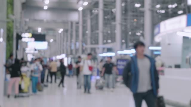 Pendler, die zu Fuß in Flughafen