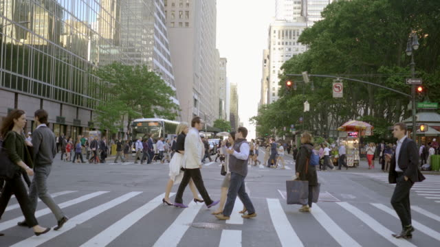 commuters walking in city business district. people crossing crowded street in new york - 歩行者点の映像素材/bロール