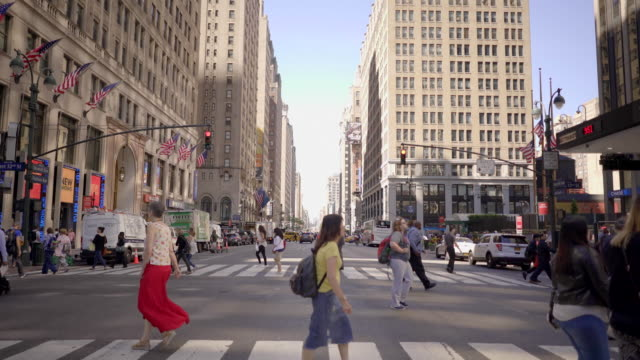 commuters walking in city business district. people crossing crowded street in new york - dolly shot点の映像素材/bロール
