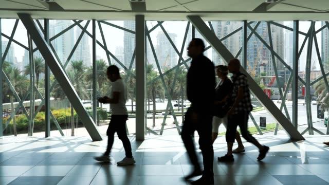 pendler laufen im flur zum einkaufszentrum - ausstellung stock-videos und b-roll-filmmaterial
