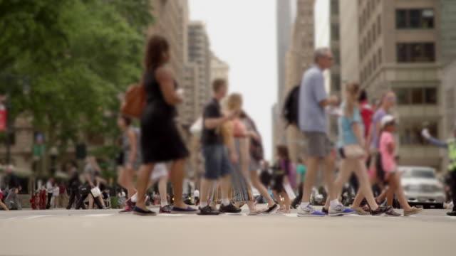 vídeos y material grabado en eventos de stock de commuters walking in the city crossing street in slow motion. urban lifestyle background - paso de cebra