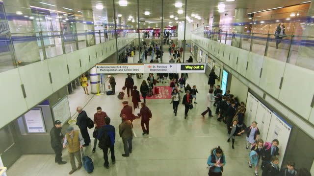 stockvideo's en b-roll-footage met ws ha commuters walking / king's cross station, london, england, united kingdom - station london king's cross