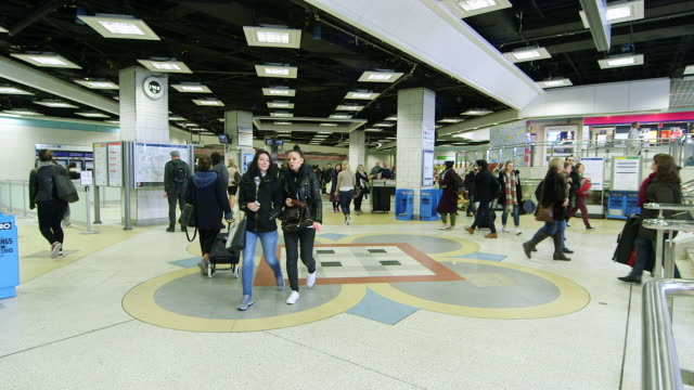 WS Commuters walking / Liverpool Street Underground Station, London, England, United Kingdom