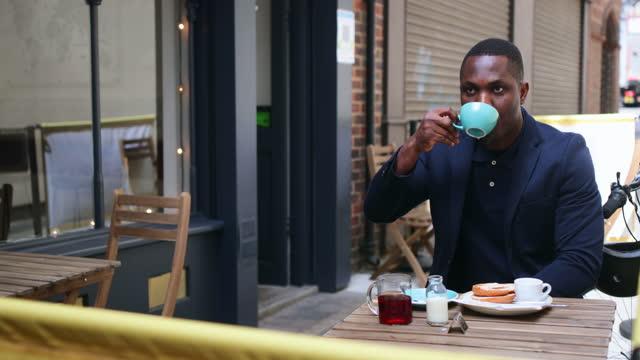 commuting businessman having breakfast - formal businesswear stock videos & royalty-free footage