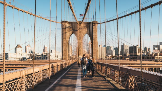 commuting from manhattan to brooklyn across the brooklyn bridge - ponte video stock e b–roll