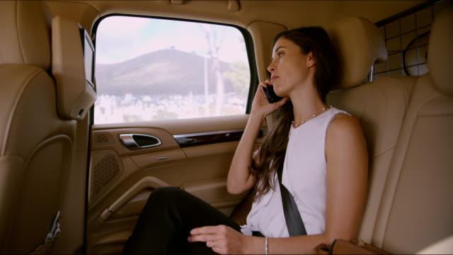 stockvideo's en b-roll-footage met woon-werkverkeer is het nemen van een tijdje, ze is op een office-oproep - veiligheidsgordel