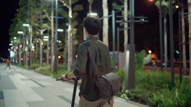vidéos et rushes de se déplacer avec scooter aller au travail - monter sur un moyen de transport