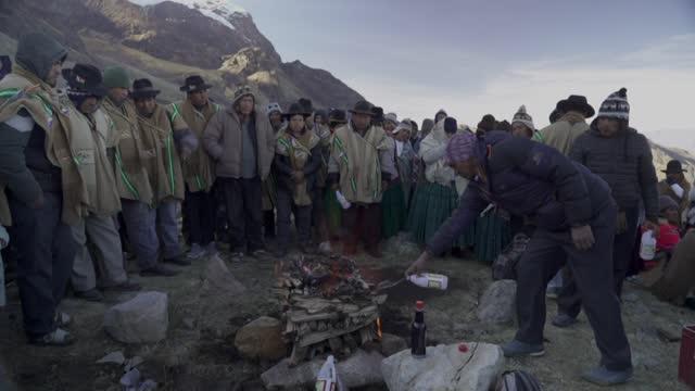 como cada 21 de junio, los aimara atienden la ceremonia para recibir el año nuevo andino. en las faldas del nevado del illimani, cerca de la paz,... - agua stock videos & royalty-free footage