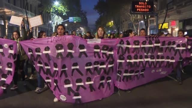 como cada 3 de junio desde 2015 mujeres e integrantes de la comunidad lgbt salieron el lunes a las calles de buenos aires a denunciar la violencia de... - complaining stock videos & royalty-free footage
