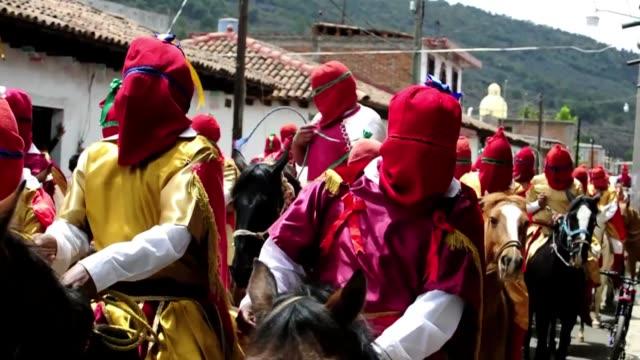 como cada jueves santo y a caballo, los llamados espias de cristo toman las calles de tzintzuntzan, en el estado mexicano de michoacan. voiced: los... - michoacán video stock e b–roll