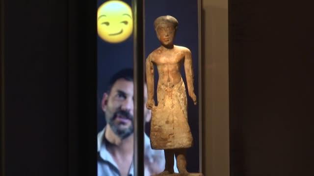 como hacer entender los jeroglíficos al publico en general el departamento de arqueologia del museo de israel en jerusalen encontro una respuesta... - arqueologia stock videos & royalty-free footage