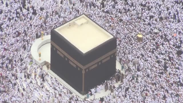vídeos de stock e filmes b-roll de como millones de musulmanes viajan a la meca para rezar en la gran mezquita y muchos descubren desde hace un mes una atraccion turistica a un paso... - reloj
