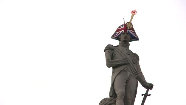 como parte de los eventos culturales de londres 2012 las cabezas de las 20 estatuas mas iconicas de la ciudad fueron cubiertas con sombreros... - la city de londres stock videos and b-roll footage