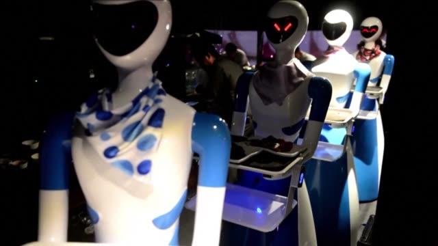 como salido de una película de ciencia ficcion en un restaurante indio los meseros son robots que recorren las mesas circulando en cintas rodantes - newly industrialized country stock videos and b-roll footage