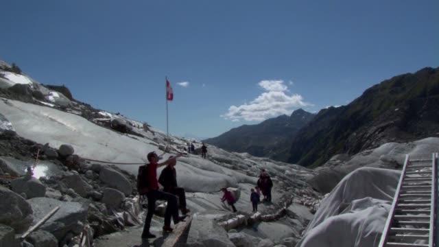 como todos los glaciares de los alpes suizos el de rhone se derrite a diario debido al calentamiento global pero los expertos tratan de parar lo... - diario stock videos and b-roll footage