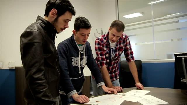 vídeos de stock e filmes b-roll de company employees working in software development and designer office - software de computador