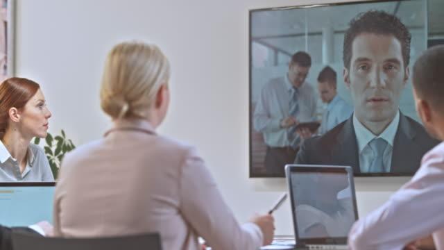 vídeos de stock e filmes b-roll de ds company team in a videoconference meeting with an invester - filme imagem em movimento