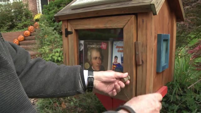compartir sus libros con vecinos y peatones, ese el objetivo del movimiento pequenas bibliotecas gratis, incitando a la lectura y la convivencia en... - small stock videos & royalty-free footage