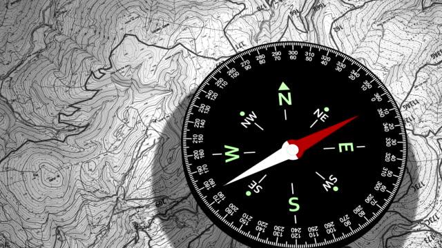 kompass, einem gerät verwendet, um geographic richtung - kompass stock-videos und b-roll-filmmaterial