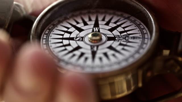 vídeos de stock, filmes e b-roll de compass - norte