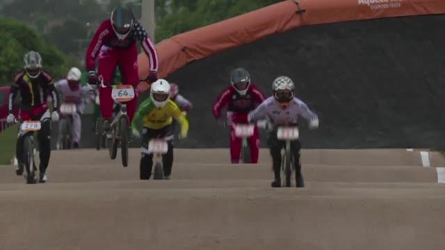 competidores que participaron en el desafio internacional de ciclismo bmx un evento prueba para los juegos olimpicos rio 2016 exigieron cambios en... - desafio stock videos and b-roll footage