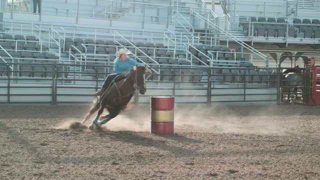 vídeos de stock, filmes e b-roll de concurso rodeio barrel racing - barril
