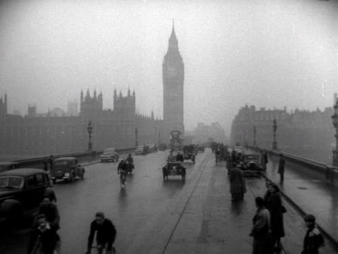 competitors in a london to brighton vintage car rally drive over westminster bridge 1952 - westminster bridge stock-videos und b-roll-filmmaterial