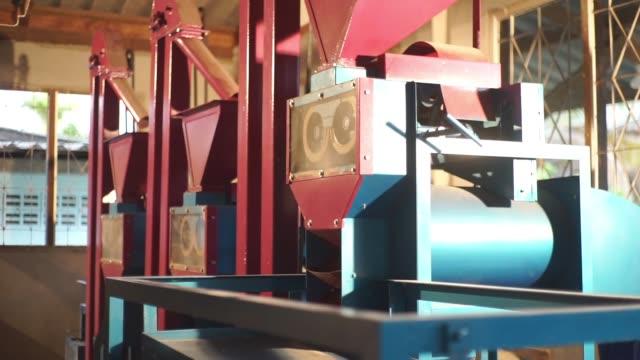 vidéos et rushes de ensemble complet de machine de fraisage de riz brun dans le ménage. - riz céréale