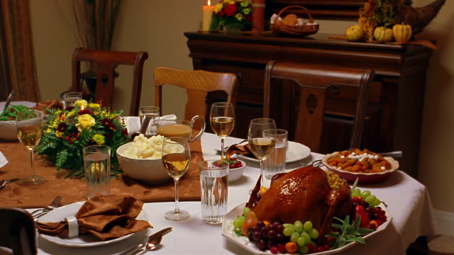 stockvideo's en b-roll-footage met a complete thanksgiving dinner awaits its diners. - gedekte tafel