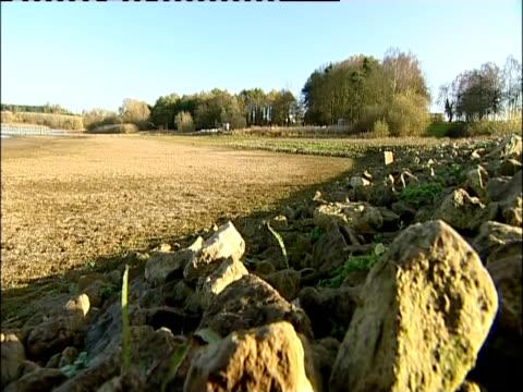 vídeos de stock, filmes e b-roll de a completely empty part of pitsford reservoir at the start of a drought - reservatório