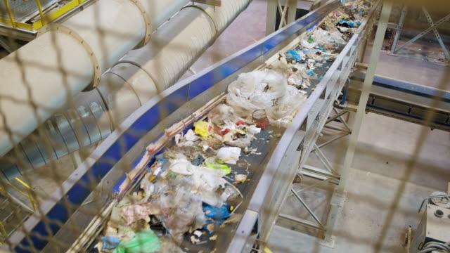 廃棄物管理処理施設の複雑な内部 - リサイクル工場点の映像素材/bロール