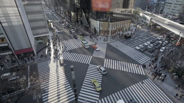 "complicated ""x"" crosswalk in downtown tokyo with traffic - 歩行者点の映像素材/bロール"